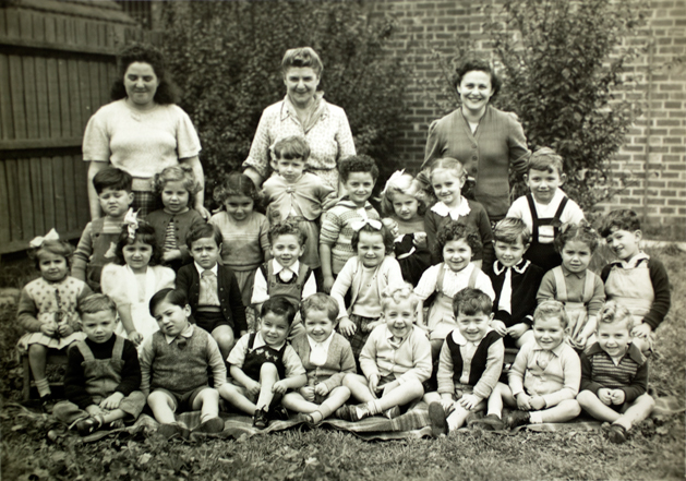 L Peretz Kindergarten circa 1950. Top row right, Lererin Shulamis Sher and middle, Lererin Cluwa Krystal.